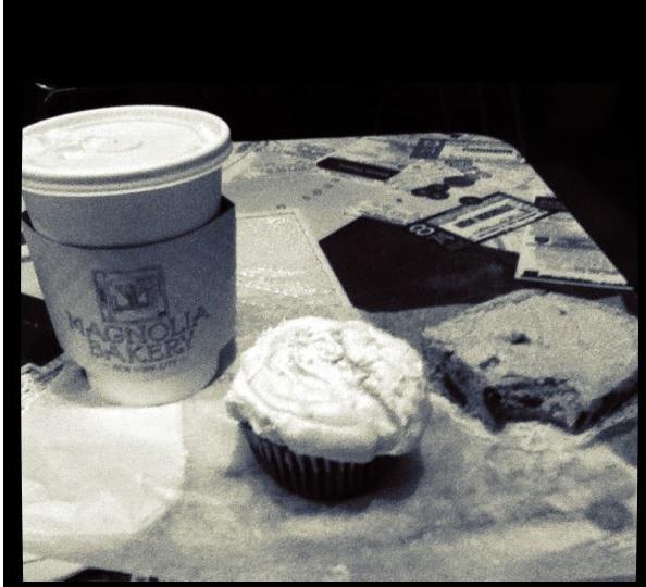 Café, cupcake de morango e brownie