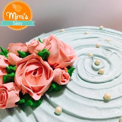 Bolo Chantininho azul com bouquet de rosas
