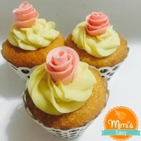 Cupcake de Laranja, Ganache Branco e Botões de Rosa