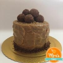 Bolo chocolate com brigadeiro de caramelo