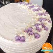 Bolo delicado branco com lilás